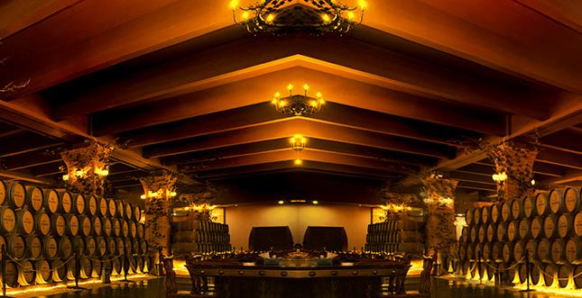 大酒窖内摆设着规模震撼的巨型橡木桶阵和数量惊人的